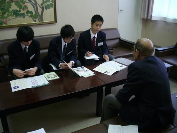 インタビューする生徒たち