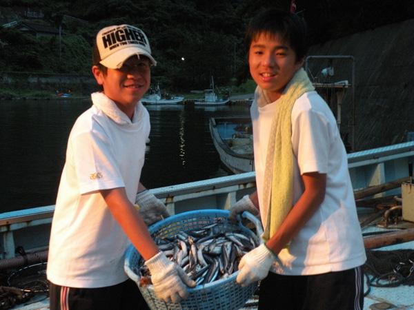漁業体験をする生徒たち