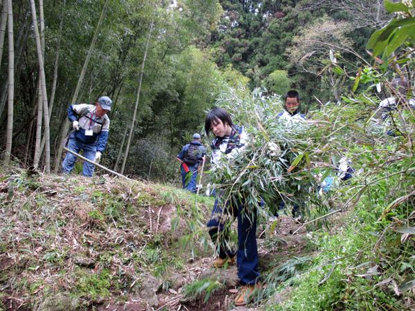 竹を運ぶ女子生徒