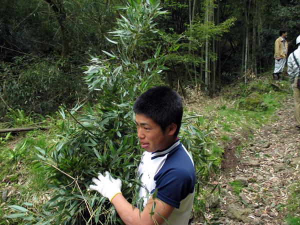 竹を運ぶ男子生徒