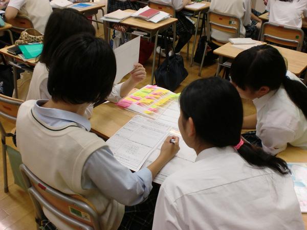 授業で話し合う生徒たち