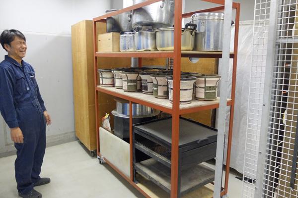 棚いっぱいの調理器具