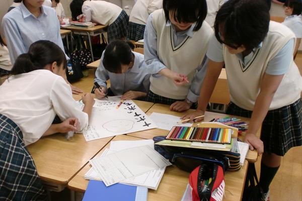 ポスター作りに熱中する生徒たち