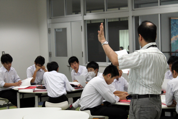 授業で指示を出す高橋先生
