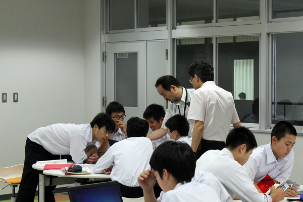 生徒にアドバイスする高橋先生と郷先生