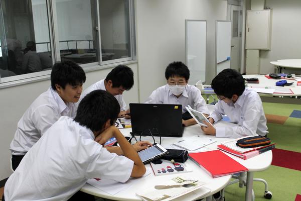 資料作成に勤しむ生徒たち